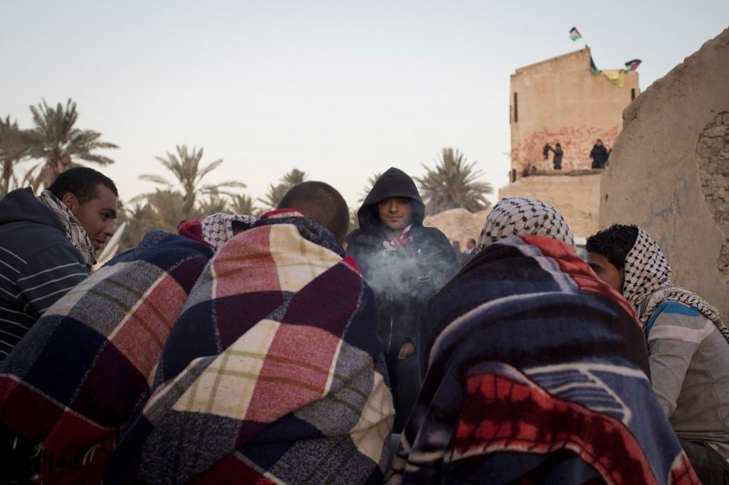 Des militants palestiniens autour du feu à Ein Hijleh.