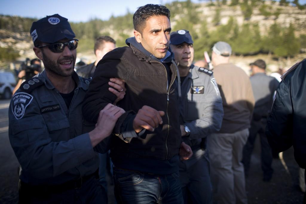 Les policiers israéliens arrêtent un militant tentant de retourner au camp de Babb al-Shams, le 15 janvier 2013.