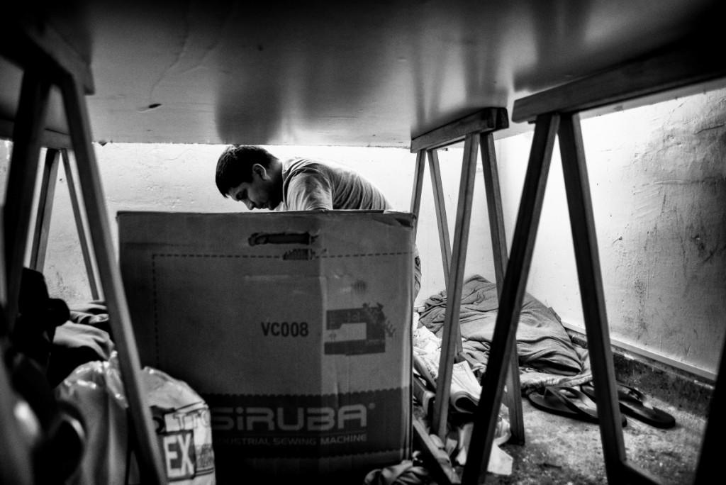 Luis est péruvien et vit à Buenos Aires depuis six ans. Au début, il dormait à la rue tout en travaillant comme couturier. Aujourd'hui, il loue son propre atelier.