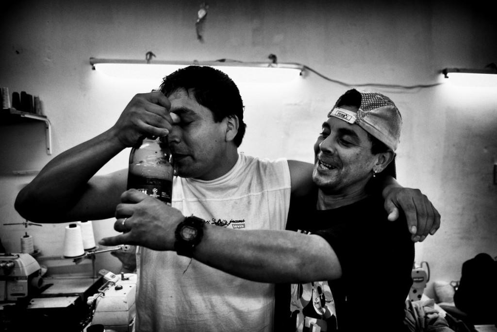 La culture péruvienne est très présente dans l'atelier, où la majorité des ouvrier-e-s sont des migrant-e-s. Les journées se terminent souvent autour de bières, jusqu'au bout de la nuit.